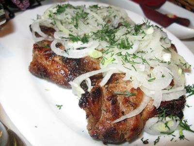 Быстрый маринованный лук для салатов и не только