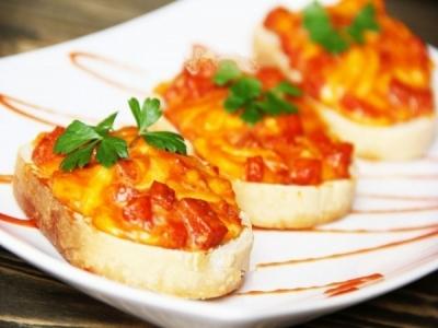 Горячие бутерброды с колбасой, сыром и яйцом