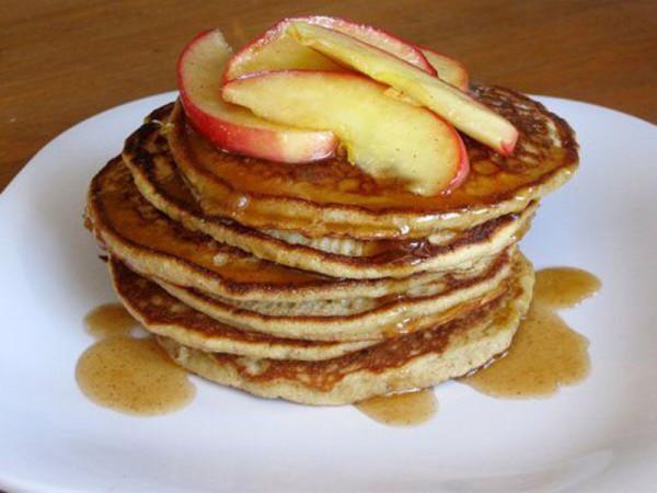 Яблочные оладушки: потрясающий низкокалорийный завтрак!