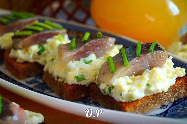 Гренки с яйцом и селедочкой