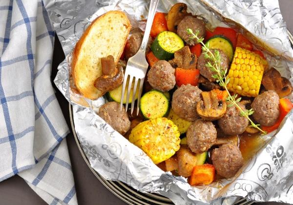 5. Фрикадельки с шампиньонами и овощами.