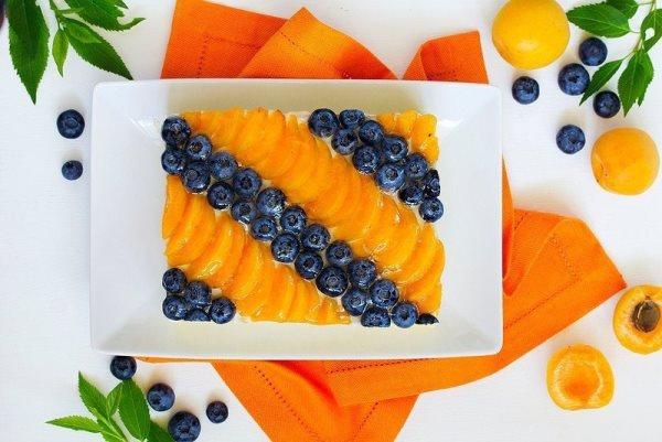 Торт с йогуртовым муссом, абрикосами и голубикой 1