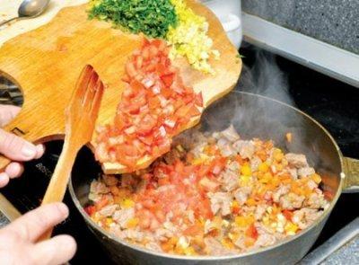 Готовим соус: говядину нарезаем средними кусочками, лук, морковку, сладкий перец, сельдерей режем мелким кубиком. 4